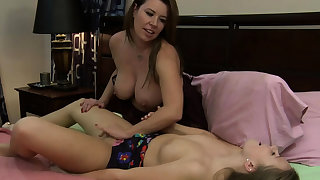 Teen coddle licking friends stepmoms pussy